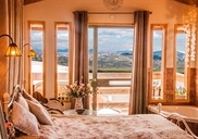 חדר שינה משקיף לנוף