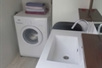 כיור ומכונת כביסה ביחידת הורים
