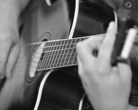 לאנדרו מורה לגיטרה