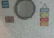 מיד בכניסה לבית. קיר של אהבה